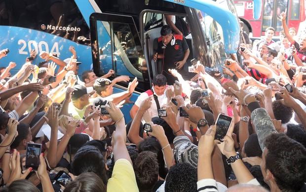 Desembarque Flamengo Juiz de Fora - Léo Moura desembarca (Foto: Cahê Mota)