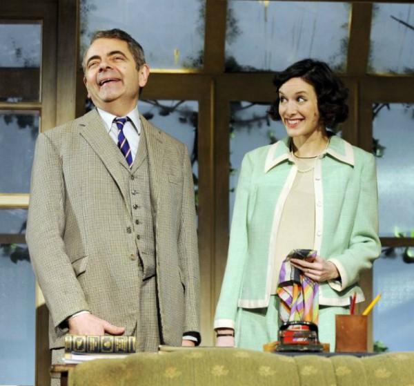 Rowan Atkinson e Louise Ford durante encenação de uma peça em Londres (Foto: Divulgação)