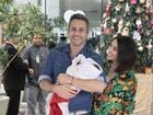 Alexandre Nero e Karen Brusttolin deixam maternidade com o filho