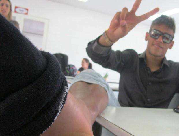 Neymar exibe tornozelo machucado (Foto: Marcelo Hazan / globoesporte.com)