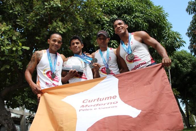Os atletas operários exibem com orgulho as medalhas conquistadas na etapa naciona dos Jogos Industriais (Foto: Emerson Rocha)