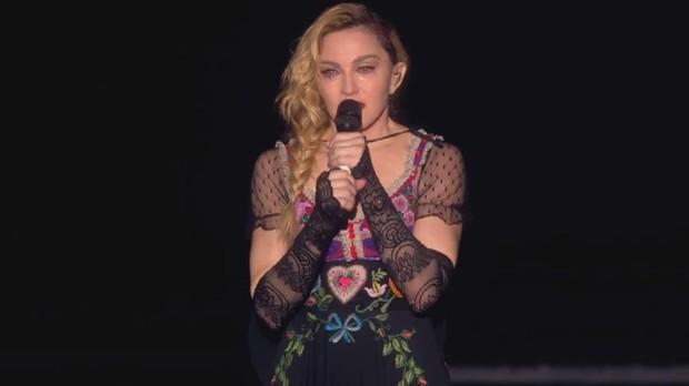 Madonna prestou homenagem em show em Estolcomo (Foto: Reproduo)