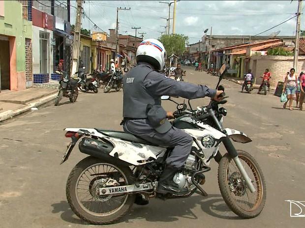 Município de Conceição do Lago Açu possui apenas uma motocicleta para os dois únicos policiais (Foto: Reprodução/TV Mirante)