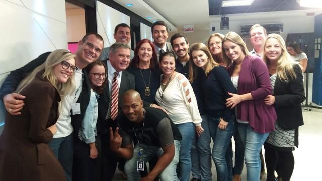 Equipe do Jornal do Almoço comemorou com o apresentador  (Foto: RBS TV/Divulgação)