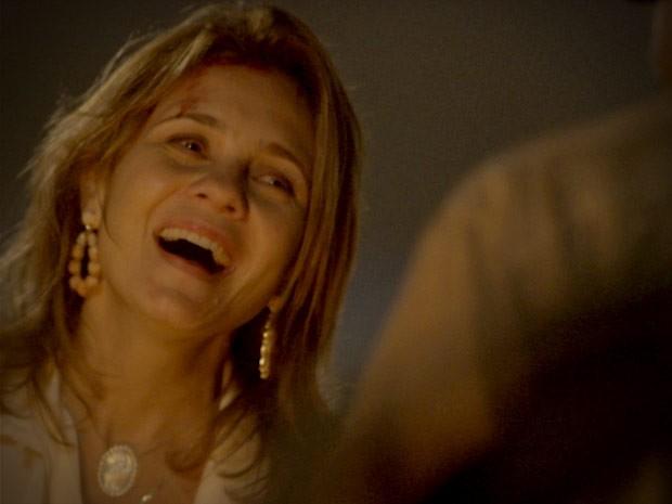 Carminha fica feliz ao encontrar antigo amor (Foto: Avenida Brasil / TV Globo)