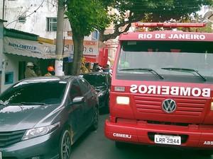 Parte de rua no Centro foi interditada com a chegada dos bombeiros.  (Foto: Luciano Moreira/Blog Repórter Renata Cristiane)