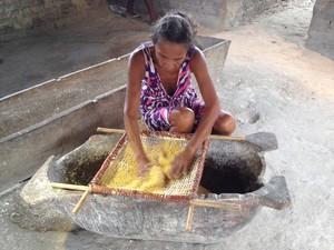 Dona Concita peneira farinha torrada (Foto: Clarissa Carramilo/G1)