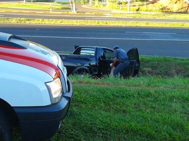 """Montana mudou """"repentinamente"""" de caminho ao avistar polícia; depois caiu em vala (Foto: Polícia Militar / Cedida)"""