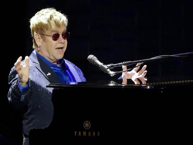 O cantor Elton John se apresenta no evento 'Fundo da Vitória de Hillary Estou com Ela', feito em Nova York para arrecadar dinheiro para a campanha da democrata Hillary Clinton à Presidência dos EUA (Foto: Julie Jacobson/AP)