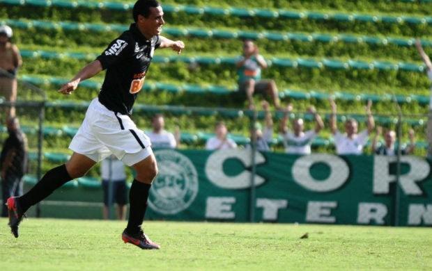 Emerson comemora o 14º gol dele pelo Coritiba (Foto: Divulgação / Coritiba)