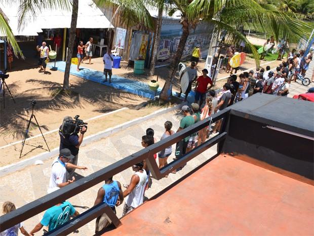 Clientes e surfistas foram a Intermares em defesa do Bar do Surfista (Foto: Walter Paparazzo/G1)