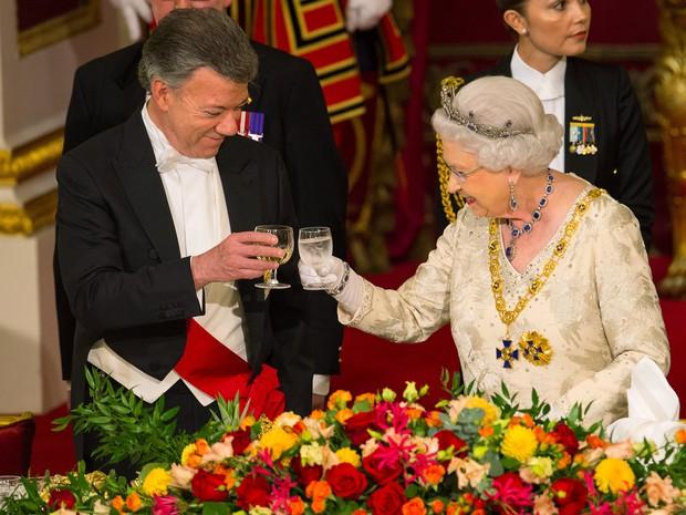 O presidente colombiano Juan Manuel Santos e a rainha Elizabeth II brindam durante jantar nesta terça-feira (1º) no Palácio de Buckingham, em Londres (Foto: REUTERS/Dominic Lipinski/Pool)