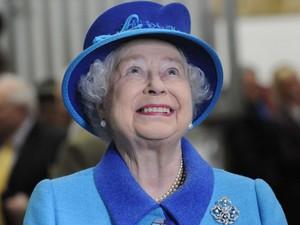 A rainha Elizabeth checa o pedigree do vencedor do concurso 'Royal Ascot Gold Cup' durante visita ao País de Gales (Foto: Rebecca Naden/Reuters)