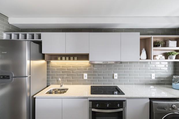 1f359483a9f0e Apartamento tem cores neutras, mix de texturas e decoração escandinava