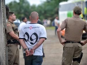Polícia Militar prendeu três torcedores após confusão no estádio (Foto:  Diorgenes Pandini/Agência RBS)