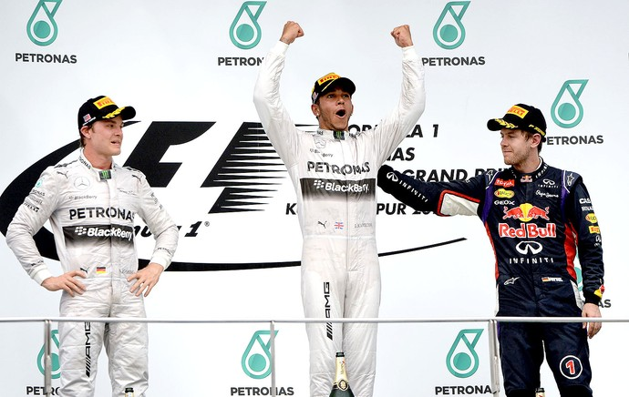 Hamilton comemoração pódio GP Malásia F1 (Foto: AFP)