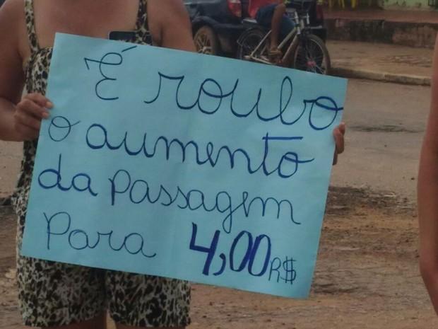 Manifestantes são contra auento da passagem de ônibus (Foto: Iryá Rodrigues/G1)