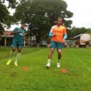 Douglas e Lenine - avaliação física no campo do Kaza (Foto: Ascom Paysandu )