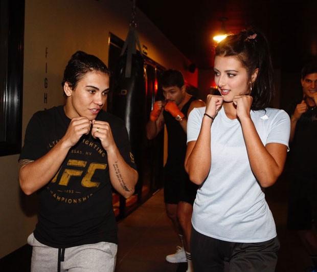 Jéssica Andrade ensina alguns movimentos a Anajú Dorigon (Foto: Thiago Bernardes / QUEM)