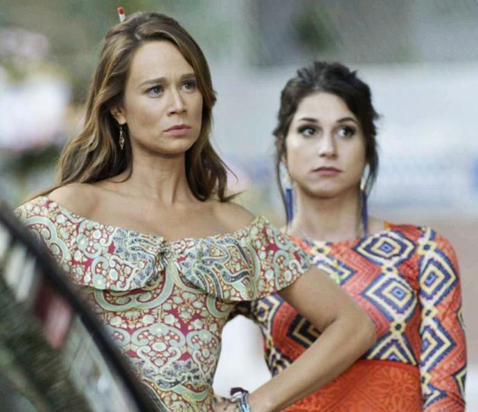 Tancinha cai no papo de Carmela e acha que Apolo terminou com ela para deixar o país (Foto: TV Globo)