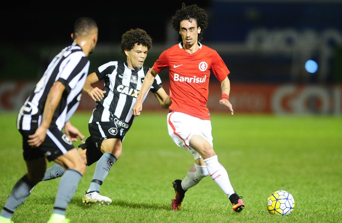 Valdívia e Camilo em Botafogo x Inter  (Foto: Ricardo Duarte / Inter, DVG)