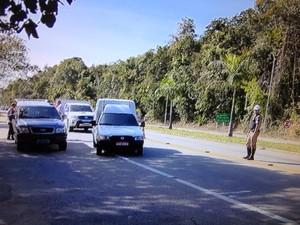 Veículos são abordados durante fiscalização na MG-050, em Carmo do Cajuru (Foto: TV Integração/Reprodução)