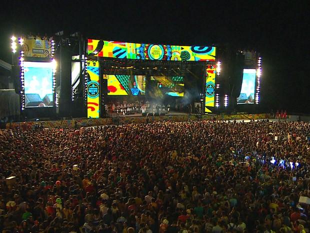 Multidão acompanha as apresentações no Bairro do Recife (Foto: Reprodução/TV Globo)