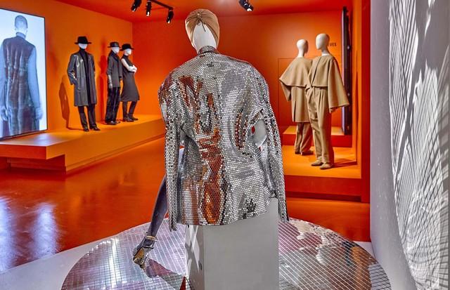 A Maison Margiela mirrorball-effect jacket (Foto: STANY DEDEREN)