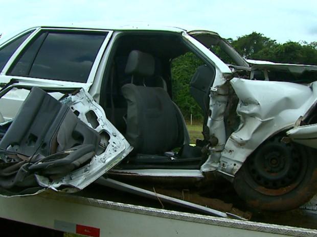 Carro ficou destruído após mãe da criança perder o controle e bater em barranco (Foto: Marlon Tavoni/EPTV)