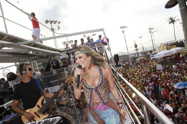 Claudia Leitte se apresenta no trio em Salvador (Foto: Dilson SIlva, Rodrigo dos Anjos e Wesley Costa / AgNews)