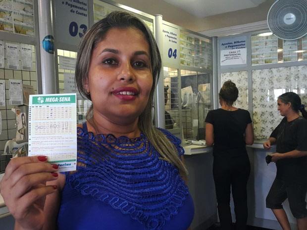 A caixa Gabriela Mesquita, responsável por registrar a aposta vencedora da Mega-Sena (Foto: Raquel Morais/G1)