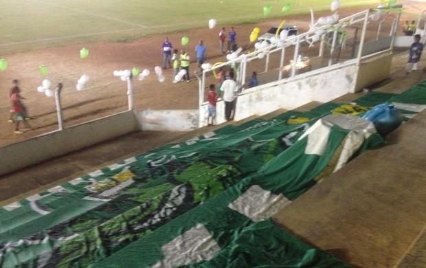 Torcedores enfeitam as arquibancadas do Rezendão, em Gurupi, com faixas e balões (Foto: Vilma Nascimento/GLOBOESPORTE.COM)