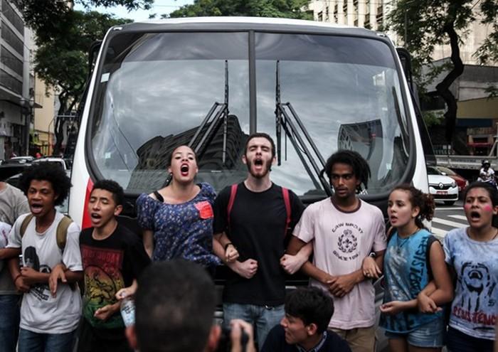 Estudantes de escolas estaduais de São Paulo e apoiadores marcharam da Av. Paulista até a Praça da República, bloqueando vias para protestar contra a reestruturação escolar. O ato ocorre após a suspensão do plano, pedindo seu completo cancelamento