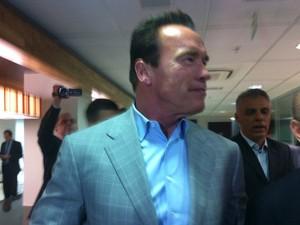 Arnald Schwarzenegger chega a vento no Rio, nesta quinta-feira (25) (Foto: Isabela Marinho/G1)