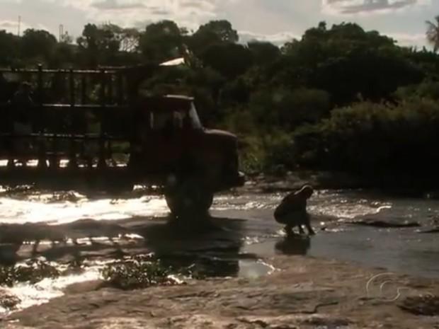 Moradores utilizam água dos rios contominados para diversas atividades (Foto: Reprodução/TV Gazeta)