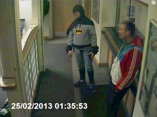 Homem de 27 anos foi trazido à policia com ajuda de 'super-herói' (Foto: Reuters)