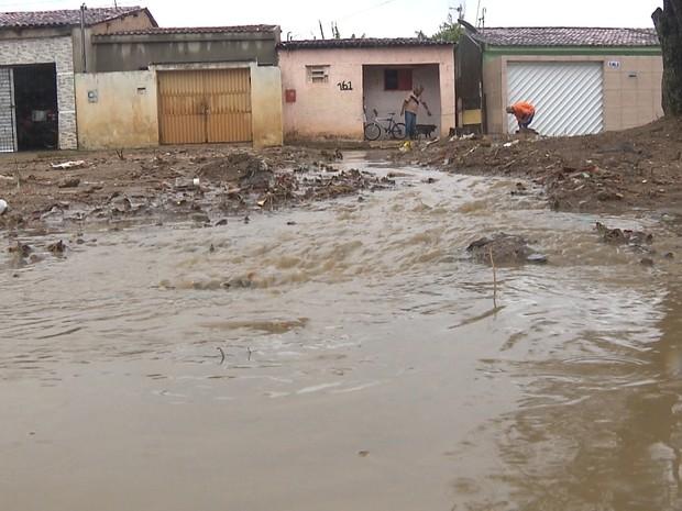 Chuvas alagou casa em áreas de risco de Campina Grande (Foto: Reprodução/TV Paraíba)