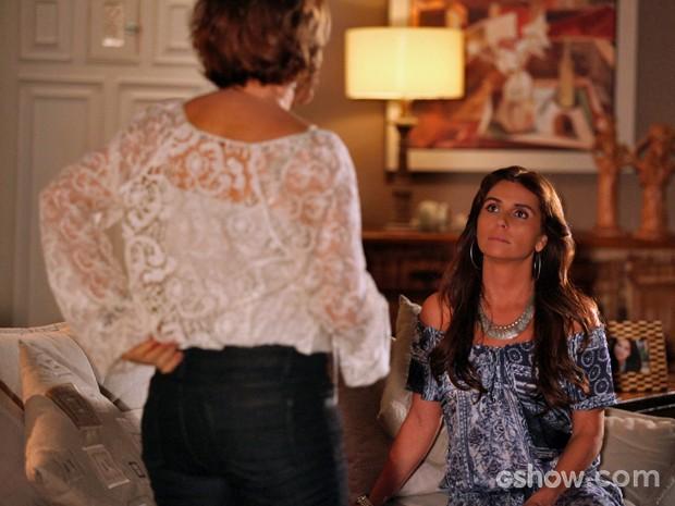 Chica pressiona Clara depois de ouvir declarações para Marina (Foto: Pedro Curi/ TV Globo)