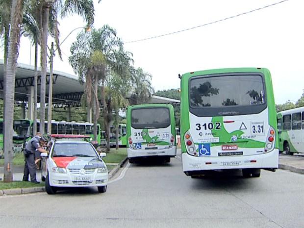 Protesto de motoristas fechou terminal de ônibus no distrito de Barão Geraldo, em Campinas (Foto: Reprodução / EPTV)