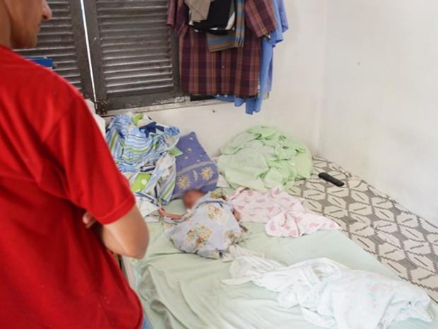 Família protege bebê de um mês de vida durante chacina em Mangabeira, em João Pessoa (Foto: Walter Paparazzo/G1)