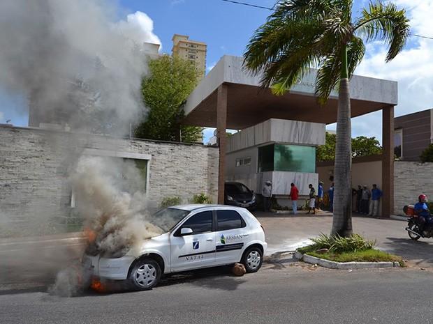 Carro pegou fogo na Avenida Integração (Foto: Leikson Kleummer)