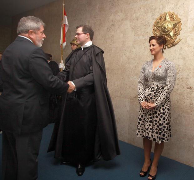 O ministro José Antonio Dias Toffoli recebe os cumprimentos do então presidente Luiz Inácio Lula da Silva após sua cerimônia de posse como ministro do STF, em 2009. Ao seu lado está a namorada, a advogada Roberta Rangel. Eles eram sócios em um escritório  (Foto: U.Dettmar/SCO/STF)