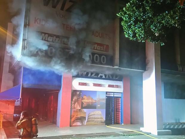 Fumaça em escola de idiomas da 203 Norte, em Brasília, atingida por incêndio na madrugada desta segunda-feira (11) (Foto: Corpo de Bombeiros DF/Divulgação)