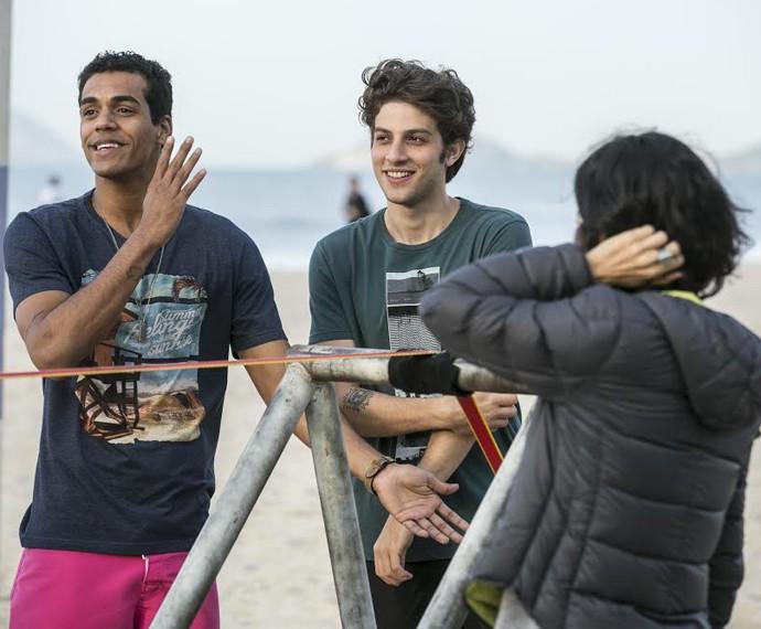 Marcello Melo Jr. e Chay descontraem durante as gravações (Foto: Inácio Moraes/ Gshow)