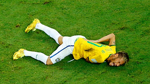 Les�o, v�rtebra, Neymar (Foto: AP)