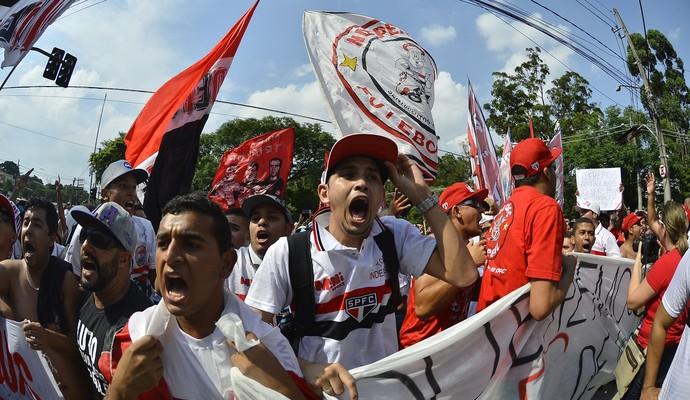 Torcida do São Paulo protesta na frente do Morumbi (Foto: Marcos Ribolli)