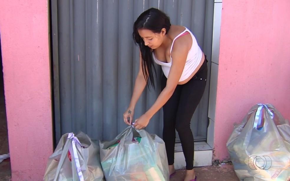 Grávidas recebem doações de fraldas de mãe que perdeu quíntuplos (Foto: Reprodução/TV Anhanguera)