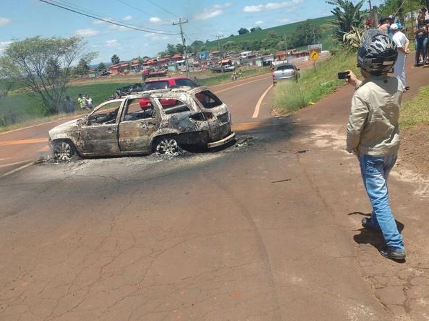 Antes de ser abandonada, viatura da Brigada Militar foi incendiada em Miraguaí (Foto: Arquivo Pessoal)