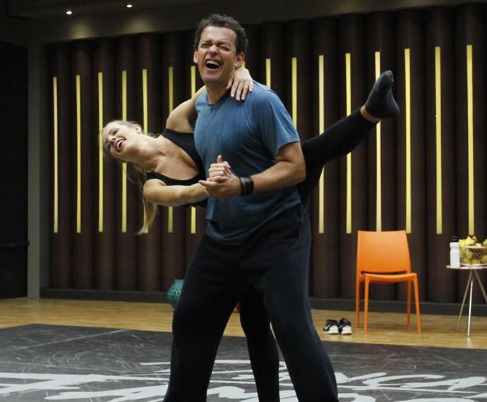 Fernando Rocha e Juliana Valcézia arrasam nas expressões (Foto: Fabiano Battaglin/Gshow)