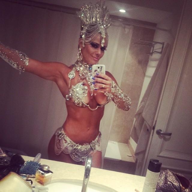 Viviane Araújo usa fantasia decotada para Carnaval na
